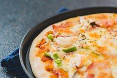 Processo di fabbricazione della pizza degli alimenti a rapida preparazione fotografia stock