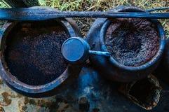 Processo di fabbricazione della tintura dell'indaco, fermentazione della pianta di indaco in argilla fotografie stock