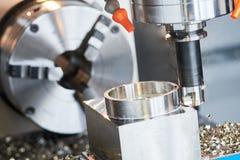Processo di fresatura CNC di precisione che lavora dal mulino verticale immagine stock libera da diritti