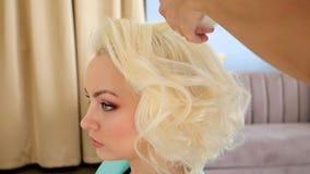 Processo di Hairstyling Il Master fa la ragazza dell'acconciatura Acconciatura della sposa video d archivio