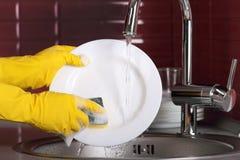 Processo di lavatura dei piatti. Immagini Stock