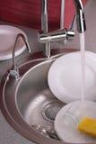 Processo di lavatura dei piatti. Fotografia Stock Libera da Diritti