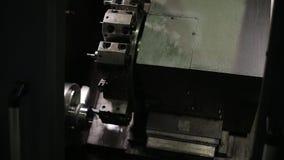Processo di lavorare un pezzo in lavorazione a macchina del metallo, fresatrice orizzontale, CNC archivi video