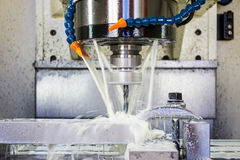 Processo di lavorazione dei metalli di fresatura Lavorare di CNC di industriale di precisione del dettaglio del metallo tagliando fotografie stock libere da diritti