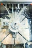 Processo di lavorazione dei metalli di fresatura Metallo industriale di CNC che lavora dal mulino verticale immagini stock