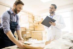 Processo di lavoro al magazzino della fabbrica fotografia stock libera da diritti