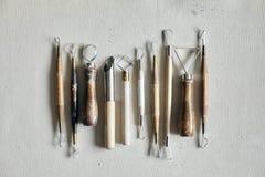 Processo di lavoro ceramico con argilla e gli strumenti per lavoro artigianale Modello da sopra Fotografia Stock