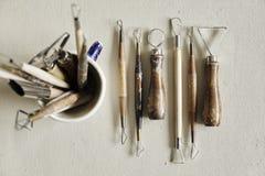 Processo di lavoro ceramico con argilla, gli strumenti e l'argilla Fotografia Stock