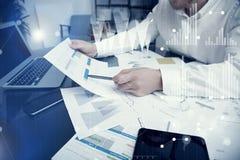 Processo di lavoro del responsabile del banchiere Grafici del mercato del lavoro del commerciante della banca della foto Facendo  fotografia stock