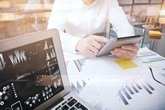 Processo di lavoro del responsabile di investimento Compressa moderna di rapporto del mercato del lavoro del commerciante della f Immagine Stock