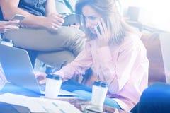 Processo di lavoro dell'Account Manager Giovane lavoro della donna di affari con il nuovo progetto startup in ufficio Analizzi il immagini stock libere da diritti