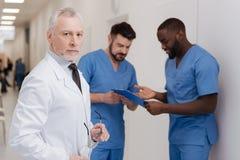 Processo di lavoro di controllo invecchiato risoluto del pediatra nella clinica Immagini Stock