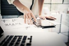 Processo di lavoro di instituto di finanza Donna di affari della foto del primo piano che mostra a rapporti lo schermo moderno de immagine stock libera da diritti