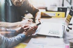 Processo di lavoro di squadra I giovani colleghe lavorano con il nuovo progetto startup in ufficio Analizzi il documento, piani C fotografia stock