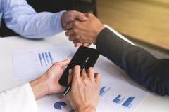 Processo di lavoro di squadra, un primo piano di due genti di affari che stringono le mani fotografia stock libera da diritti