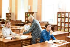 Processo di lavoro nella sala di lettura dell'università Immagini Stock Libere da Diritti