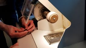 Processo di lucidatura ambrato archivi video