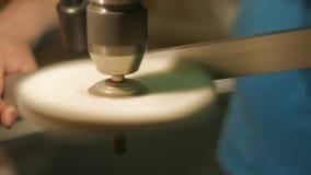 Processo di lucidatura dalla ruota del panno stock footage