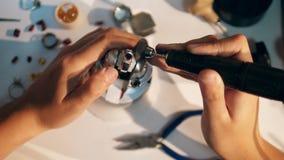Processo di lucidatura di un anello con una pietra preziosa Gioielli di Working del gioielliere video d archivio