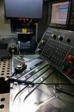 Processo di misurazione con la sonda vermiglia di tocco sulla grande fresatrice di CNC nel modo di trotto immagini stock