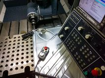 Processo di misurazione con la sonda vermiglia di tocco sulla grande fresatrice di CNC nel modo di trotto fotografie stock