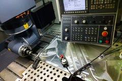 Processo di misurazione con la sonda vermiglia di tocco sulla grande fresatrice di CNC nel modo di trotto fotografia stock libera da diritti