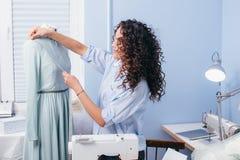 Processo di misurazione dell'altezza del seno dell'indumento al negozio del sarto immagini stock libere da diritti