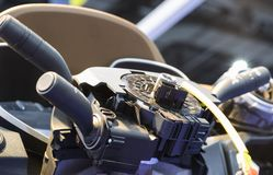 processo di montaggio automobilistico del volante fotografia stock