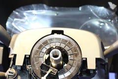processo di montaggio automobilistico del volante fotografie stock