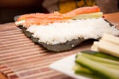 Processo di produrre i sushi Fotografia Stock Libera da Diritti