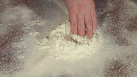 Processo di produrre la pasta a casa, primo piano stock footage