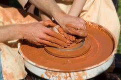 Processo di produzione sul tornio da vasaio Fotografia Stock