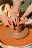 Processo di produzione sul tornio da vasaio Fotografie Stock