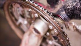 Processo di pulizia di Chainring della bicicletta con la spazzola video d archivio