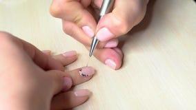 Processo di ricezione del manicure nel salone di bellezza archivi video