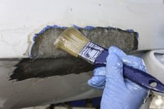 Processo di riparazione del crogiolo di poliestere immagini stock