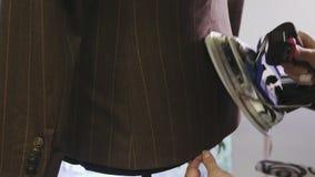 Processo di rivestire di ferro rivestimento maschio sul manichino archivi video