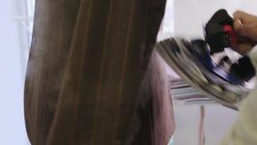 Processo di rivestire di ferro rivestimento maschio sul manichino stock footage