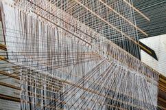 Processo di seta di tessitura della mano in Tailandia fotografie stock