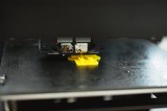 Processo di stampa del modello di plastica fisico sulla macchina automatica della stampante 3d Tecnologie, stampa 3D e modello ad immagini stock libere da diritti