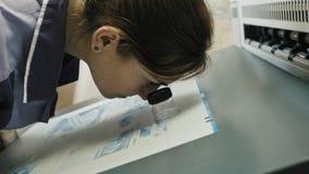 Processo di stampa industriale - il lavoratore controlla la qualità stampa, video d archivio