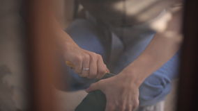 Processo di taglio della schiuma floreale con il coltello giallo speciale stock footage