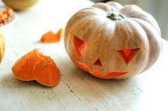 Processo di taglio della zucca di Halloween, processo di fabbricazione della Jack-o-lanterna Mani maschii con il coltello fotografia stock