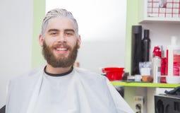 Processo di tintura dei capelli fotografia stock