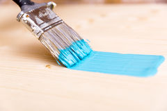 Processo di verniciatura del bordo di legno con la spazzola e il turquo Fotografia Stock Libera da Diritti