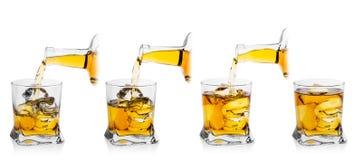 Processo di versamento del whiskey in vetro con ghiaccio Immagine Stock Libera da Diritti