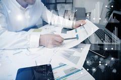 Processo do funcionamento do gerente de investimento Cartas do mercado do trabalho do comerciante do banco da foto Usando disposi Imagens de Stock