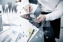 Processo do funcionamento do gerente do banqueiro Cartas do mercado do trabalho do comerciante do banco da foto Usando dispositiv Imagens de Stock Royalty Free