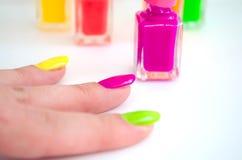 Processo do Manicure? As mãos da fêmea? foto de stock royalty free
