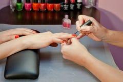 Processo do Manicure? As mãos da fêmea? Foto de Stock